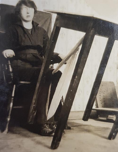 Kathleen Goligher lifting a table
